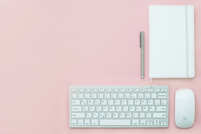 virtual-assistant-desk-organised-pink